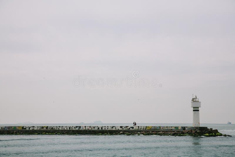 博斯普鲁斯海峡的看法在一阴天伊斯坦布尔,土耳其 库存图片