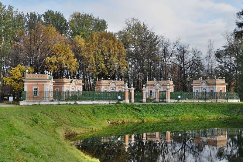 博物馆庄园Kuskovo 小屋临近水 免版税库存图片