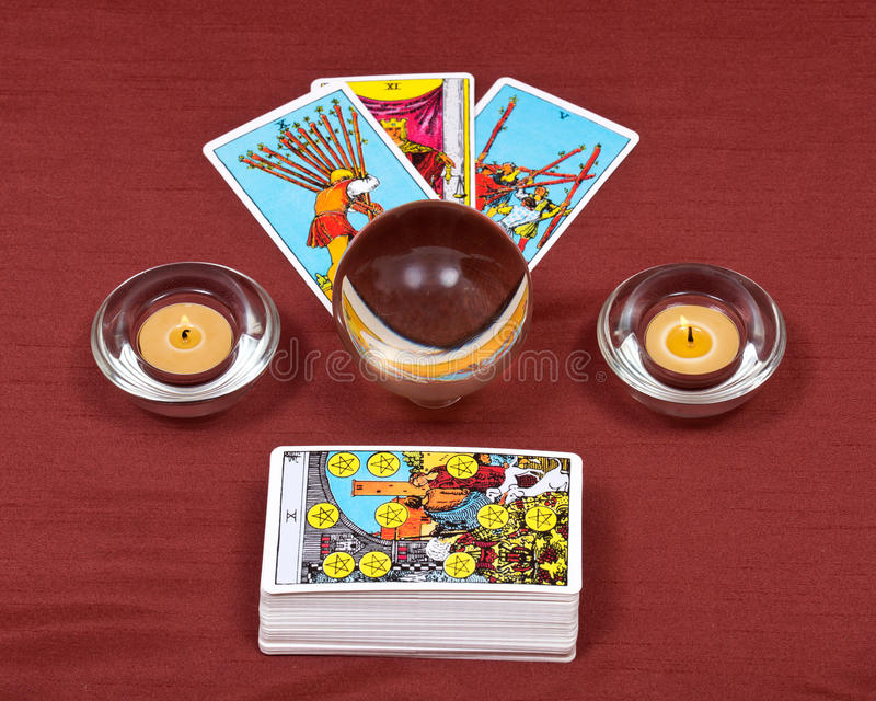 占卜用的纸牌、水晶球和灼烧的蜡烛 库存照片