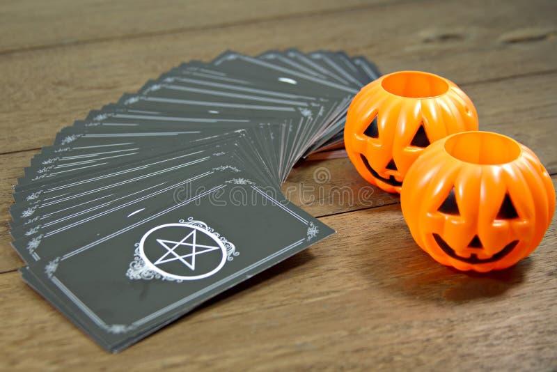 占卜用的纸牌与标志万圣夜的算命者在木桌上 免版税图库摄影
