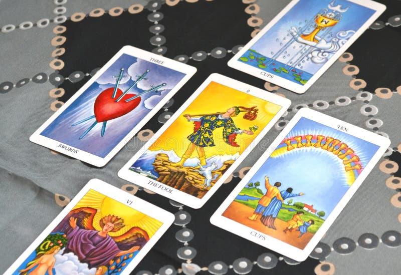 占卜用的纸牌五卡片塔罗牌传播了傻瓜 库存图片
