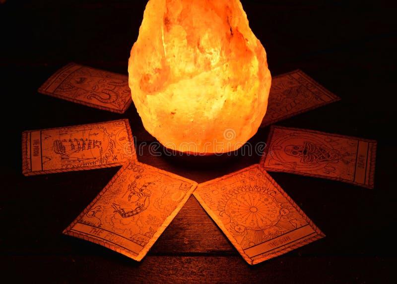 占卜用的纸牌和不可思议的石头 图库摄影