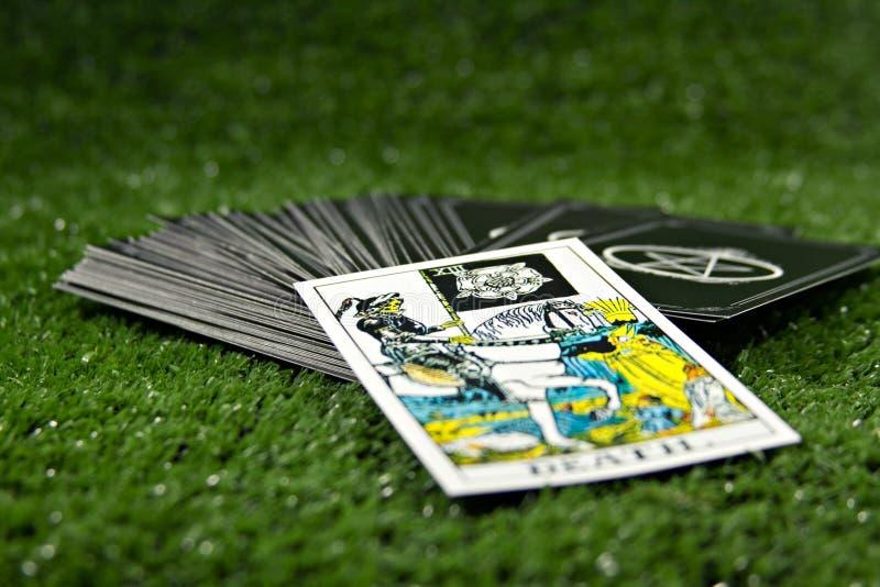 占卜用的纸牌和其他时运在绿色背景 库存照片