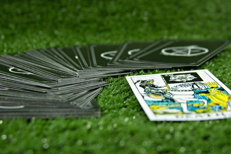 占卜用的纸牌和其他时运在绿色背景 免版税库存图片