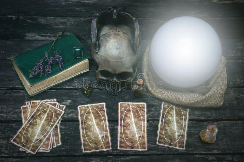 占卜用的纸牌和水晶球 免版税库存图片