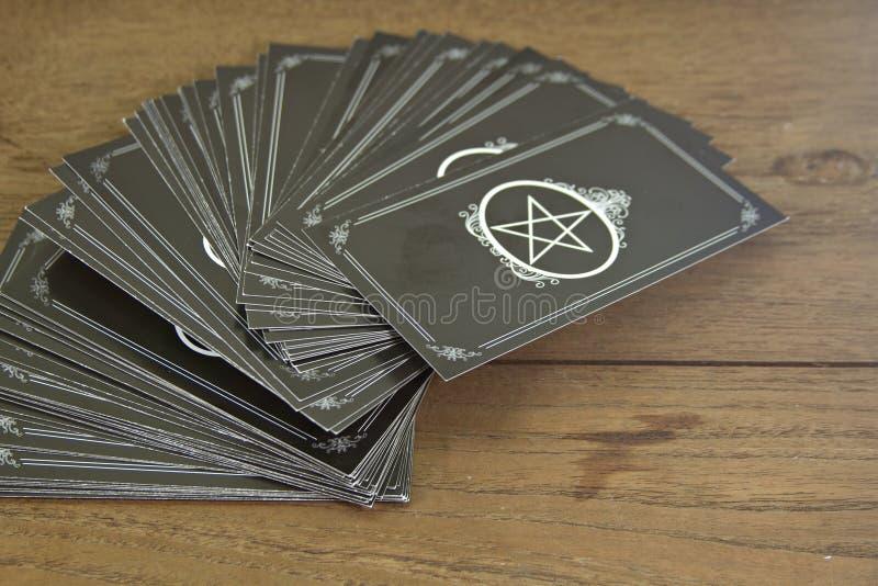 占卜用的纸牌在木桌上的算命者 免版税图库摄影