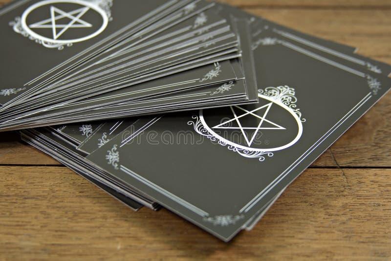 占卜用的纸牌在木桌上的算命者 免版税库存图片