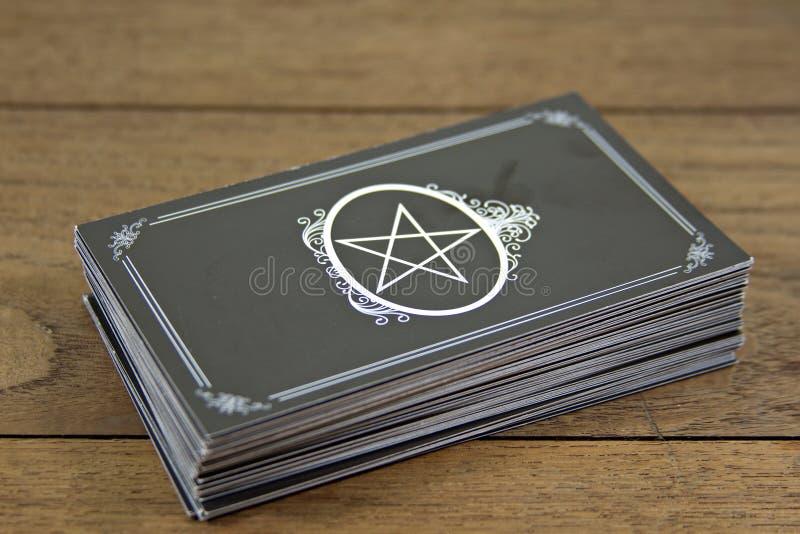 占卜用的纸牌在木桌上的算命者 库存照片