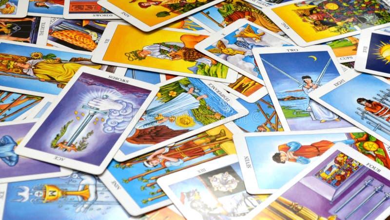 占卜用的纸牌在桌上显示的78张卡片 库存照片