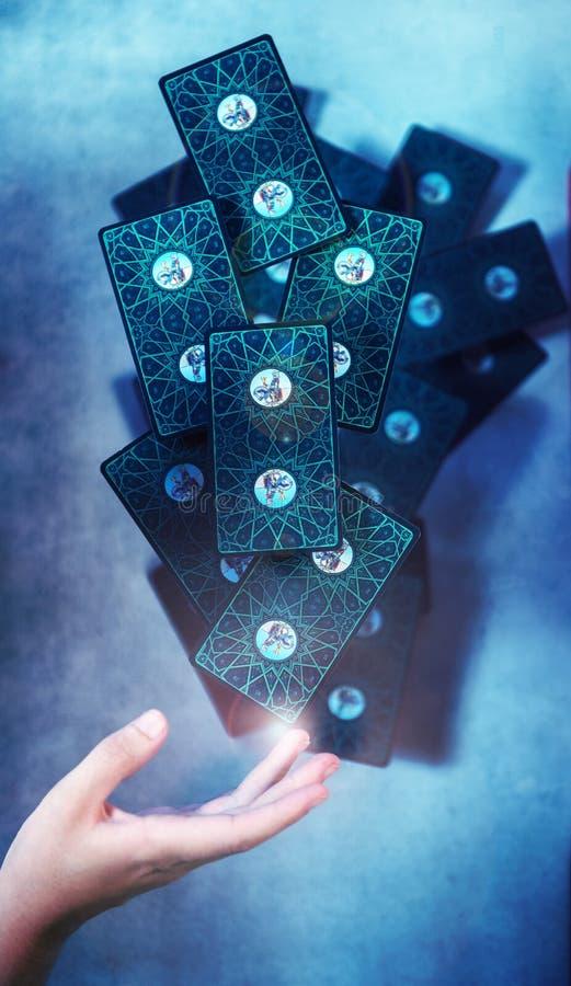 占卜用的纸牌甲板在妇女的手上的 免版税库存照片
