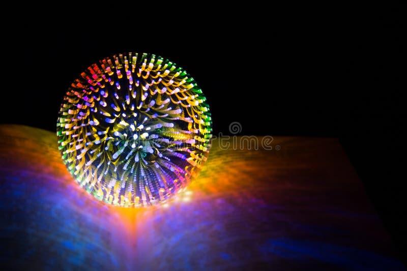 占卜者,巫婆的不可思议的球,在被打开的不可思议的书说谎 向量例证
