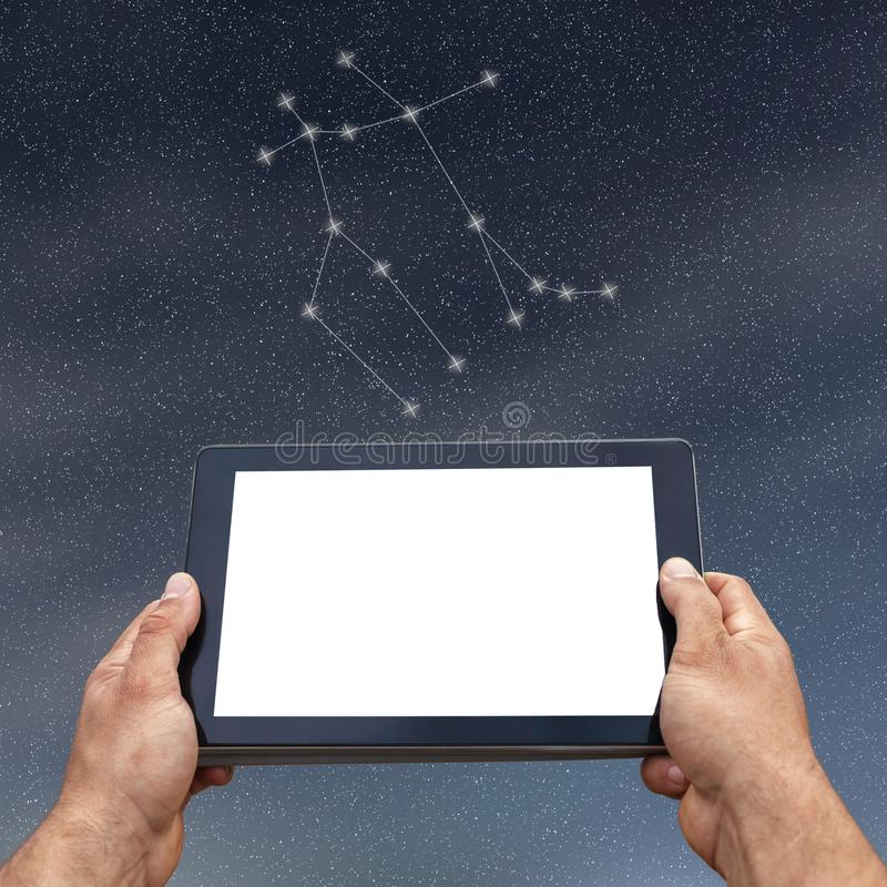 占星术、占星、技术和人概念 双子星座负面因素 库存图片