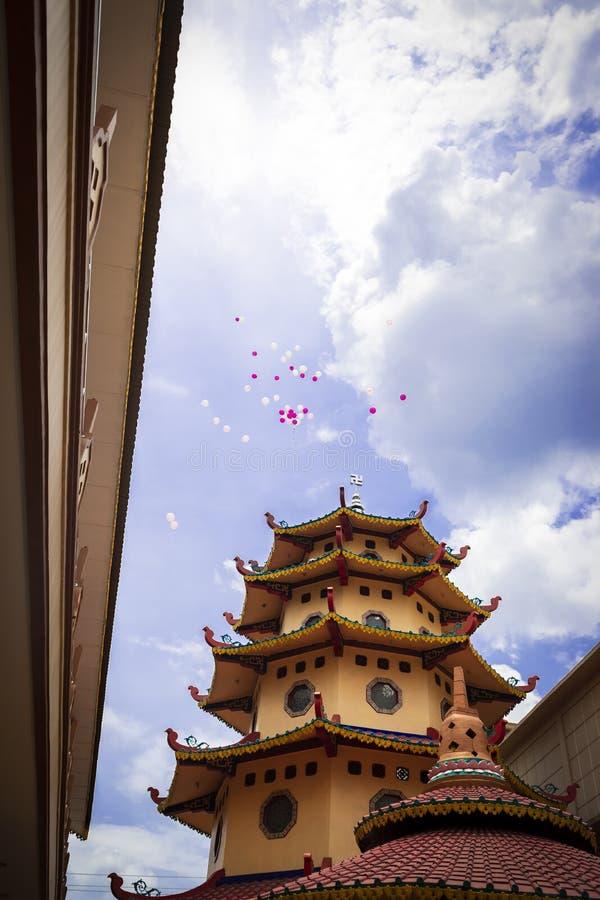 占碑省,印度尼西亚- 2018年10月7日:气球在中国庆祝的一次庆祝时被发布了 免版税库存图片