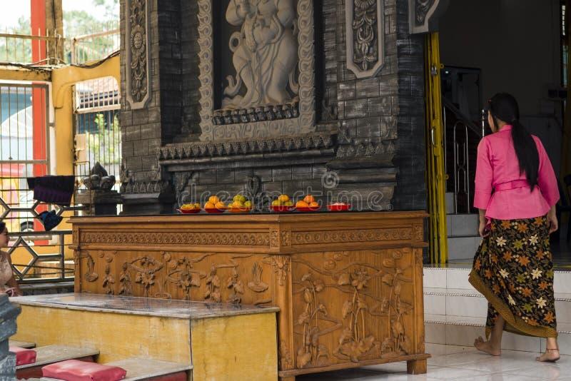 占碑省,印度尼西亚- 2018年10月7日:进入祈祷的妇女Vihara 免版税图库摄影