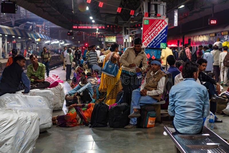 占西,印度- 2017年11月10日:未认出的印度人在占西等待火车 免版税库存图片
