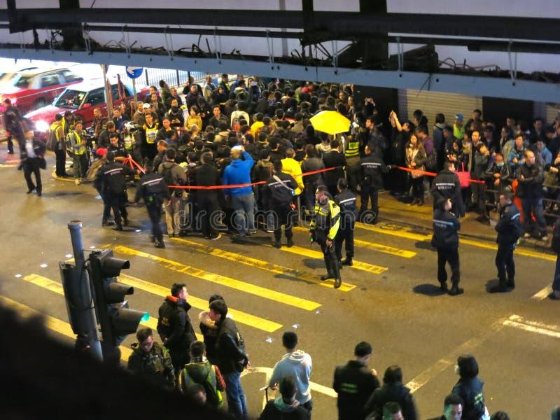 占领Mongkok街抗议:抗议者和警察碰撞 免版税图库摄影