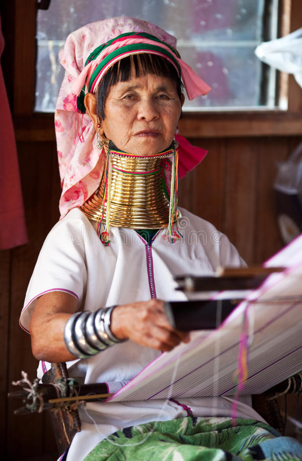 卡伦长的收缩的padaung部落妇女 库存照片