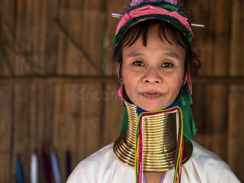卡伦长的脖子妇女在小山部落村庄 免版税库存照片