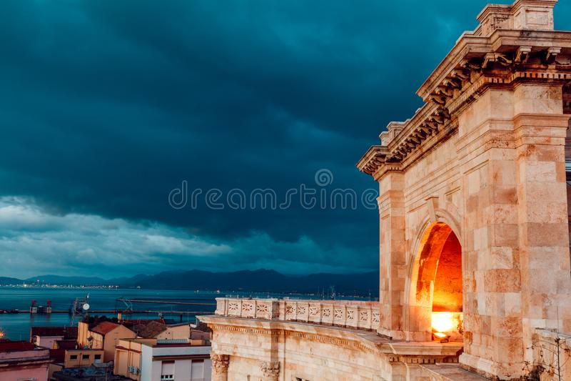 卡利亚里的早晨本营和从它的看法与撒丁岛的全景 库存照片