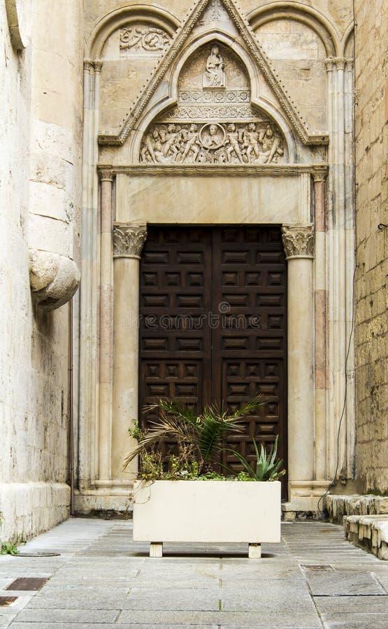 卡利亚里:圣塔切奇利娅在城堡区-撒丁岛大教堂的入口  库存图片