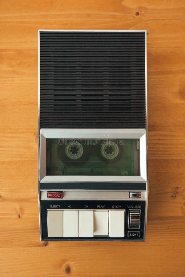 卡型盒式录音机在葡萄酒球员的磁带辗压 免版税库存照片