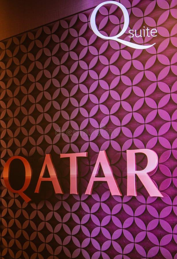 """卡塔尔多哈国际机场的粉红色标语,上面写着""""卡塔尔"""" 带有""""卡塔尔""""标识的明紫横幅 航空旅行 库存照片"""