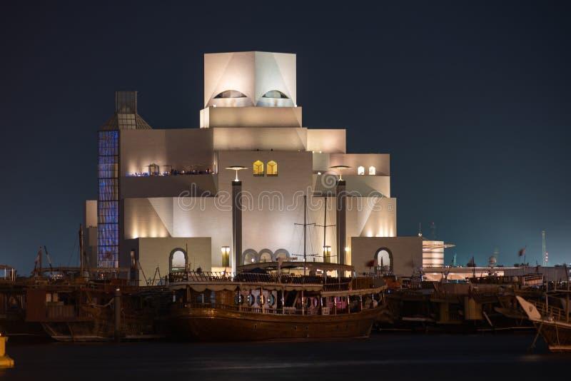 卡塔尔多哈 — 2020年4月26日:中东卡塔尔多哈伊斯兰艺术博物馆夜间灯光 图库摄影