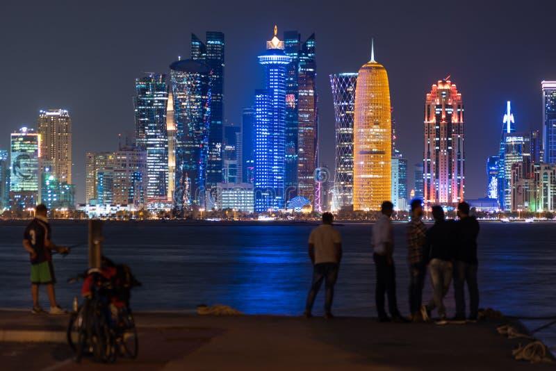 卡塔尔多哈 — 2020年4月26日:美丽多彩的多哈城,夜色照亮,卡塔尔,中东 免版税库存照片