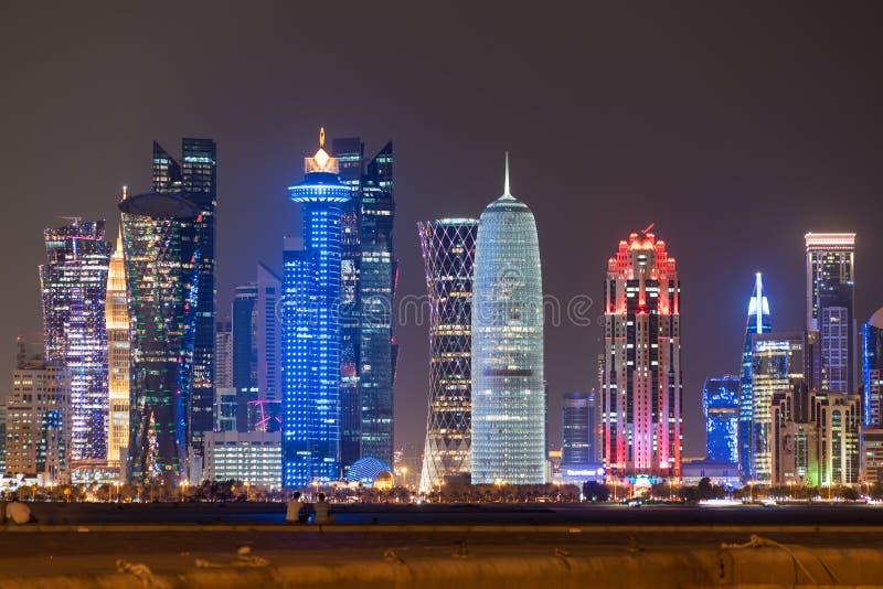 卡塔尔多哈 — 2020年4月26日:美丽多彩的多哈城,夜色照亮,卡塔尔,中东 免版税库存图片