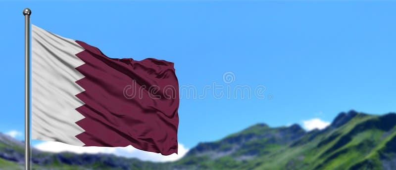 卡塔尔沙文主义情绪在与绿色领域的天空蔚蓝在山峰背景 o 免版税库存图片