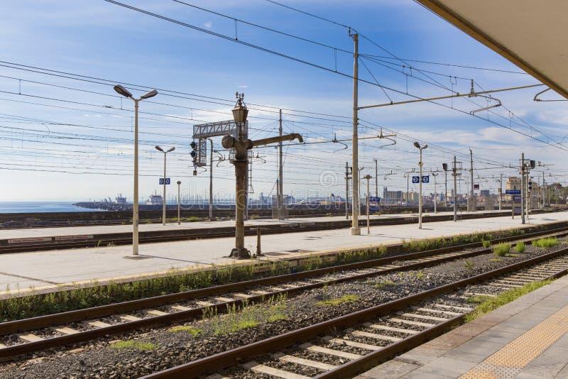 卡塔尼亚火车站和船坞在背景中 免版税库存图片