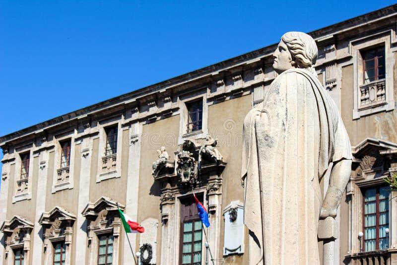 卡塔尼亚,意大利- 2019年4月10日:古色古香的雕象美好的细节在巴洛克式的卡塔尼亚大教堂的有被弄脏的城镇厅大厦的 库存照片