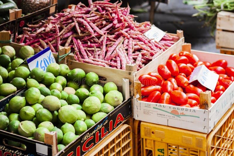 卡塔尼亚,西西里岛–威严13日2018年:各种各样的五颜六色的新鲜的水果和蔬菜在水果市场上 免版税图库摄影