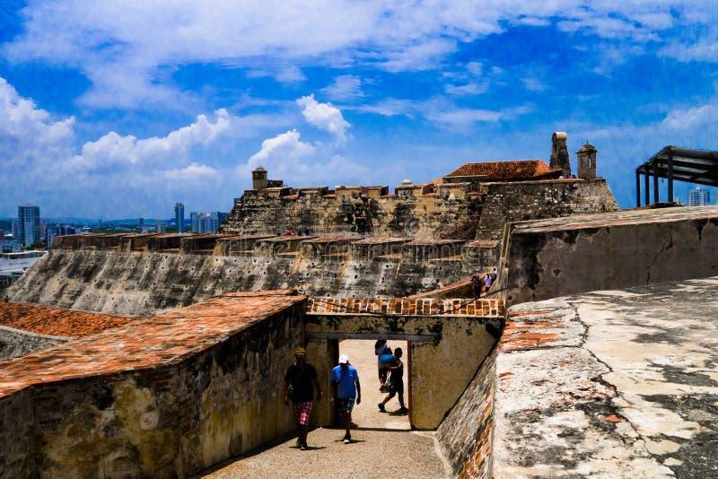 卡塔赫钠,哥伦比亚22日2017年:走在圣费利佩在小山的De巴拉哈斯历史的城堡的未认出的人民  免版税图库摄影