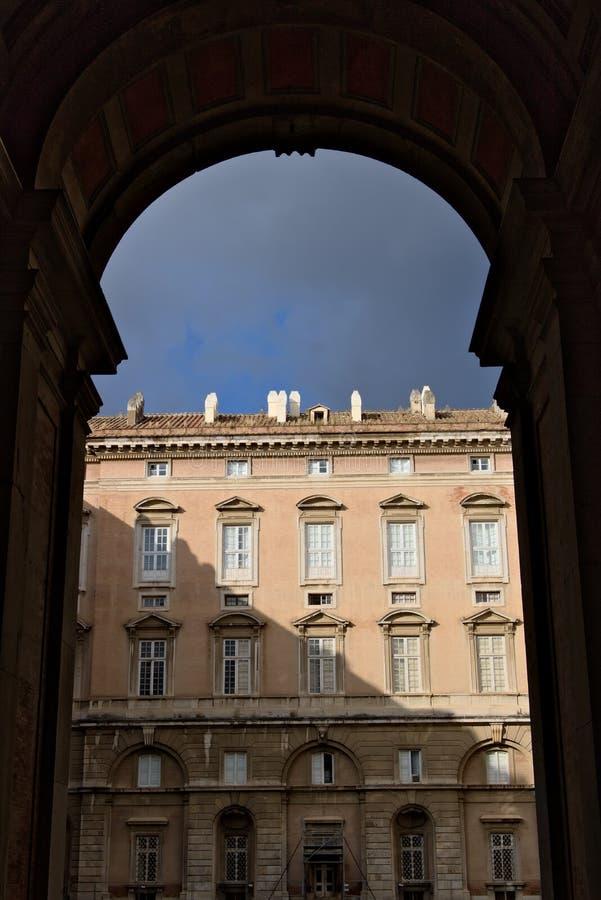 卡塞尔塔,意大利 对卡塞尔塔意大利奥斯陆王宫的庭院的10/27/2018通入门  库存照片