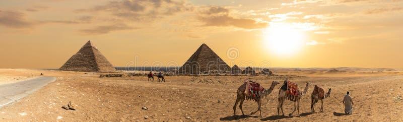 卡夫拉金字塔、孟卡拉金字塔和三个金字塔伴侣,吉萨棉,埃及的全景 图库摄影