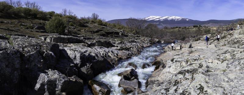 卡嫩西亚The Creek路线的全景横渡石地板的使岩石和加速不耐烦,洛索亚,马德里 库存图片