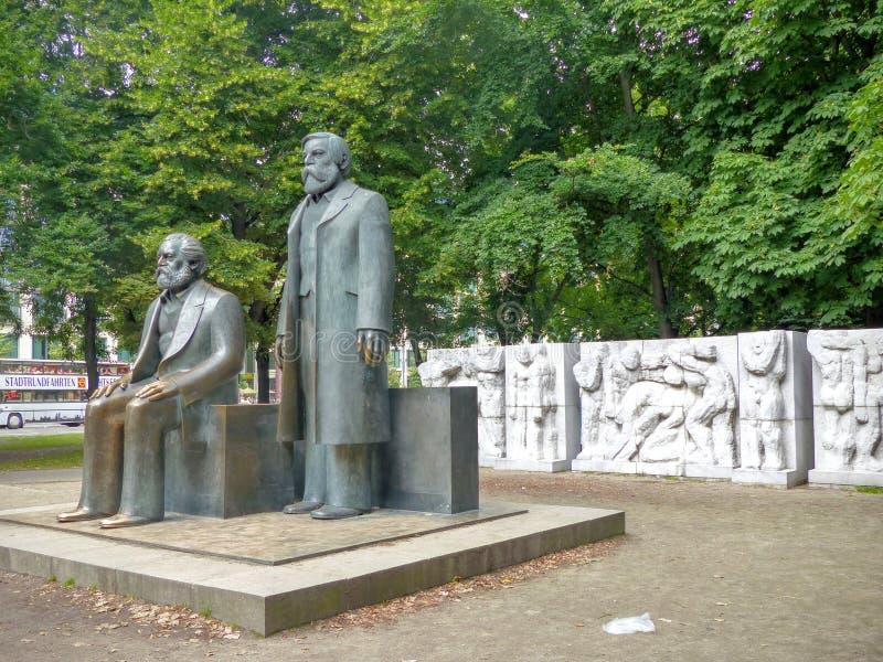 卡尔・马克思和弗里德里希・恩格斯雕象向在外形看见的柏林,德国 免版税库存照片