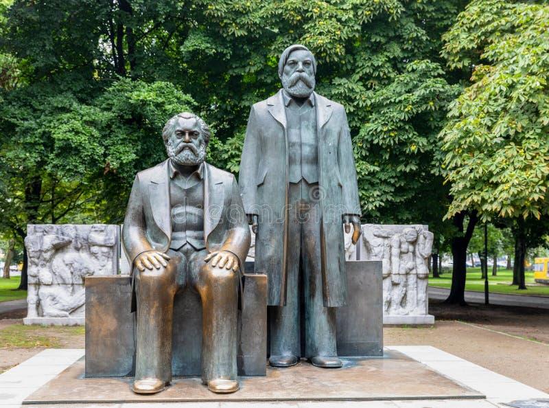 卡尔・马克思和弗里德里希・恩格斯雕象在马克思-恩格斯广场,柏林 免版税库存图片