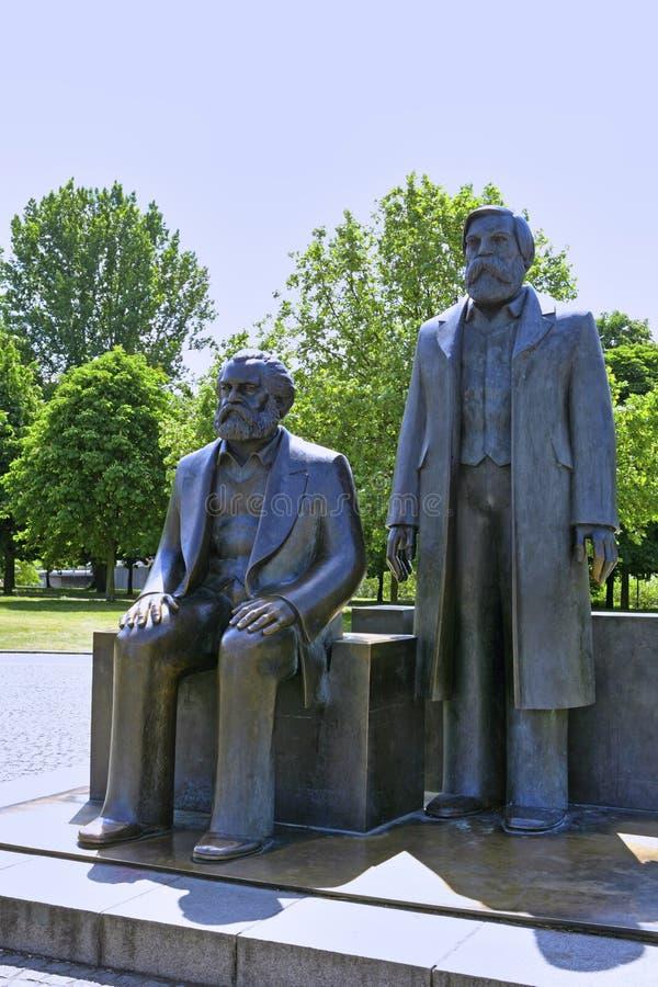 卡尔・马克思和弗里德里希・恩格斯,柏林,德国古铜色雕象  免版税图库摄影