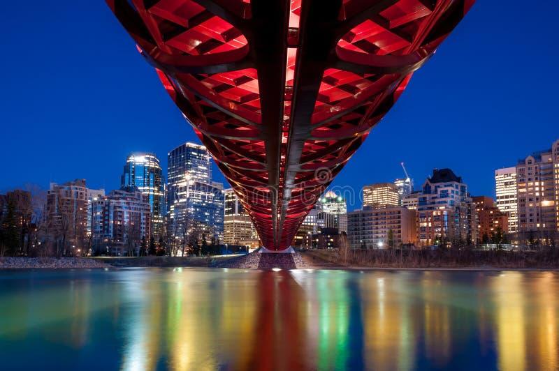 卡尔加里的和平桥梁和地平线在晚上 免版税图库摄影