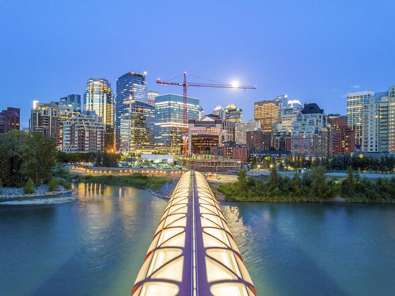 卡尔加里街市与iluminated和平桥梁,亚伯大,加拿大 库存照片