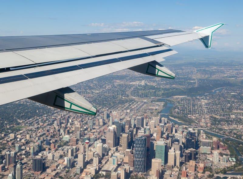 卡尔加里街市外部飞机窗口看法  免版税库存图片