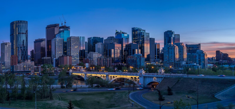 卡尔加里,加拿大夜都市风景  库存照片