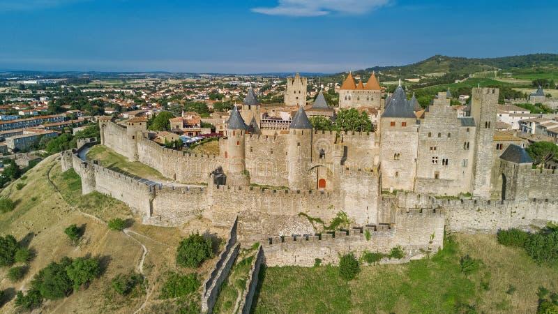 卡尔卡松中世纪市空中顶视图和堡垒从上面防御,法国 库存照片