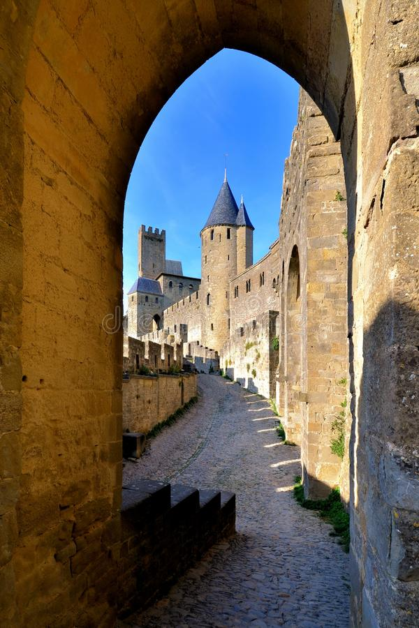 卡尔卡松通过曲拱,法国城堡  免版税库存图片