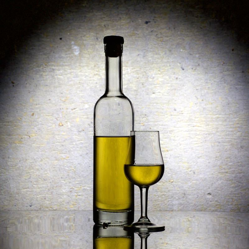 卡尔瓦多斯的瓶和杯 免版税库存图片