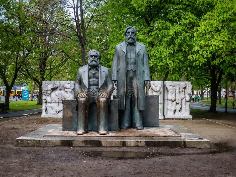 卡尔・马克思和弗里德里希・恩格斯纪念碑在柏林 免版税库存照片