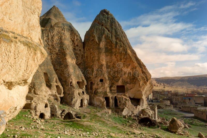 卡帕多细亚与洞的锥体形成 免版税库存照片