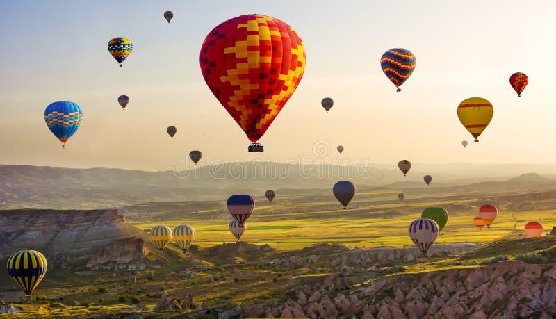 卡帕多细亚的巨大旅游胜地-迅速增加飞行 盖帽 免版税图库摄影